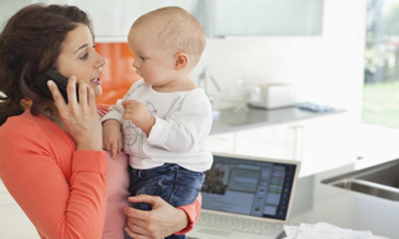 Al administrar el hogar, entre otras labores, las madres pueden ser una buena fuente de consejos financieros. (Foto: Getty Images)