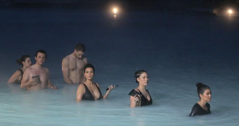Con una traje de baño súper escotado, la estrella de reality viajó hasta Islandia para celebrar el cumple 37 de su hermana Kourtney.