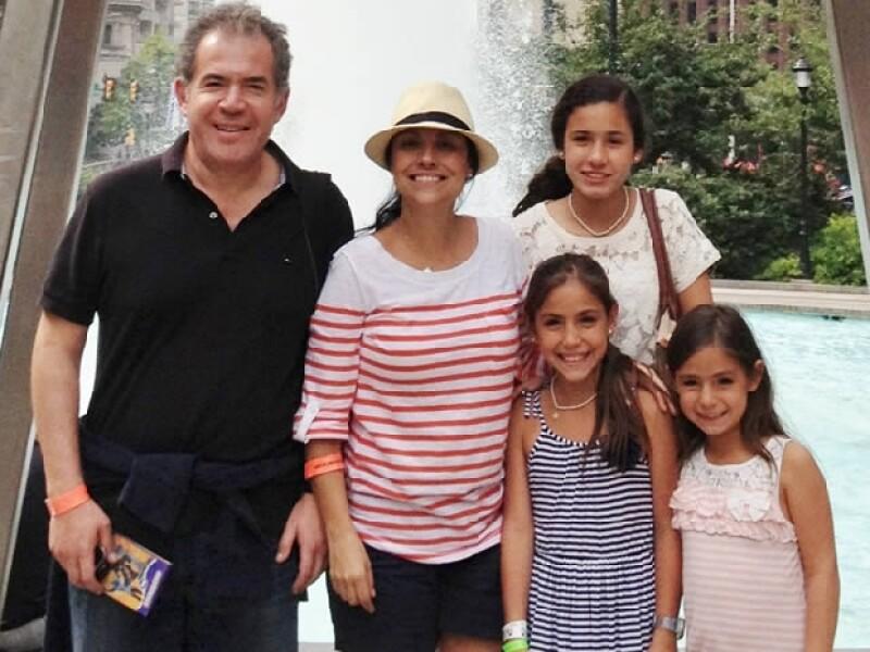 """Con tres hijas pequeñas que siempre la apoyaron y el pilar de su vida """"Tony"""", como le dice a su marido,  ha logrado superar la terrible enfermedad."""