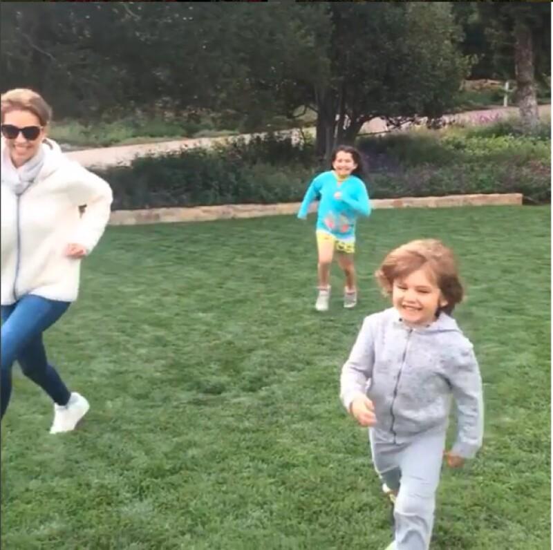 La cantante es una mamá apasionada y disfruta consentir a sus dos hijos, Matthew Alejandro y Sabrina Sakaë, de 4 y 8 años respectivamente.