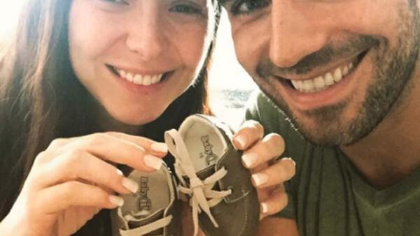 A pocos días de convertirse en mamá, la orgullosa actriz mostró a su bebé por primera vez a sus seguidores en Instagram. ¿No está tierna la foto?