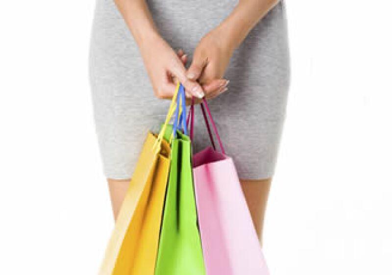 La gente gastó menos con tarjetas de crédito, el consumo usando el dinero plástico bajó a niveles de 2006, según datos del Banco de México. (Foto: Photos To Go)