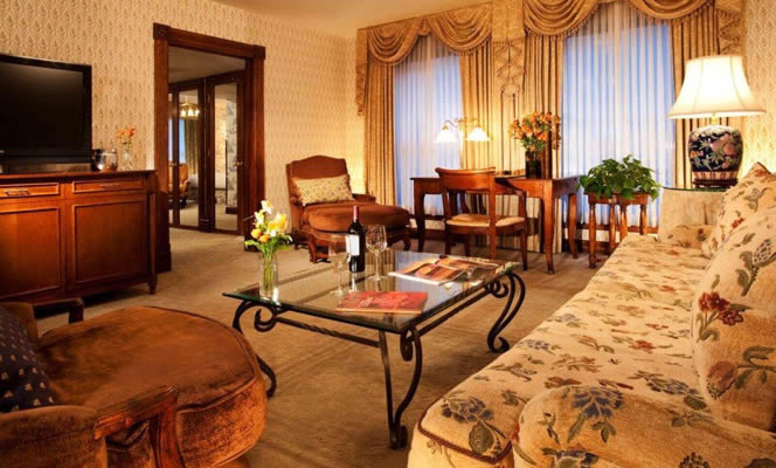 Cuenta con 94 habitaciones que ofrecen vistas impresionantes a la montaña, así como con suites, un gimnasio y spa.