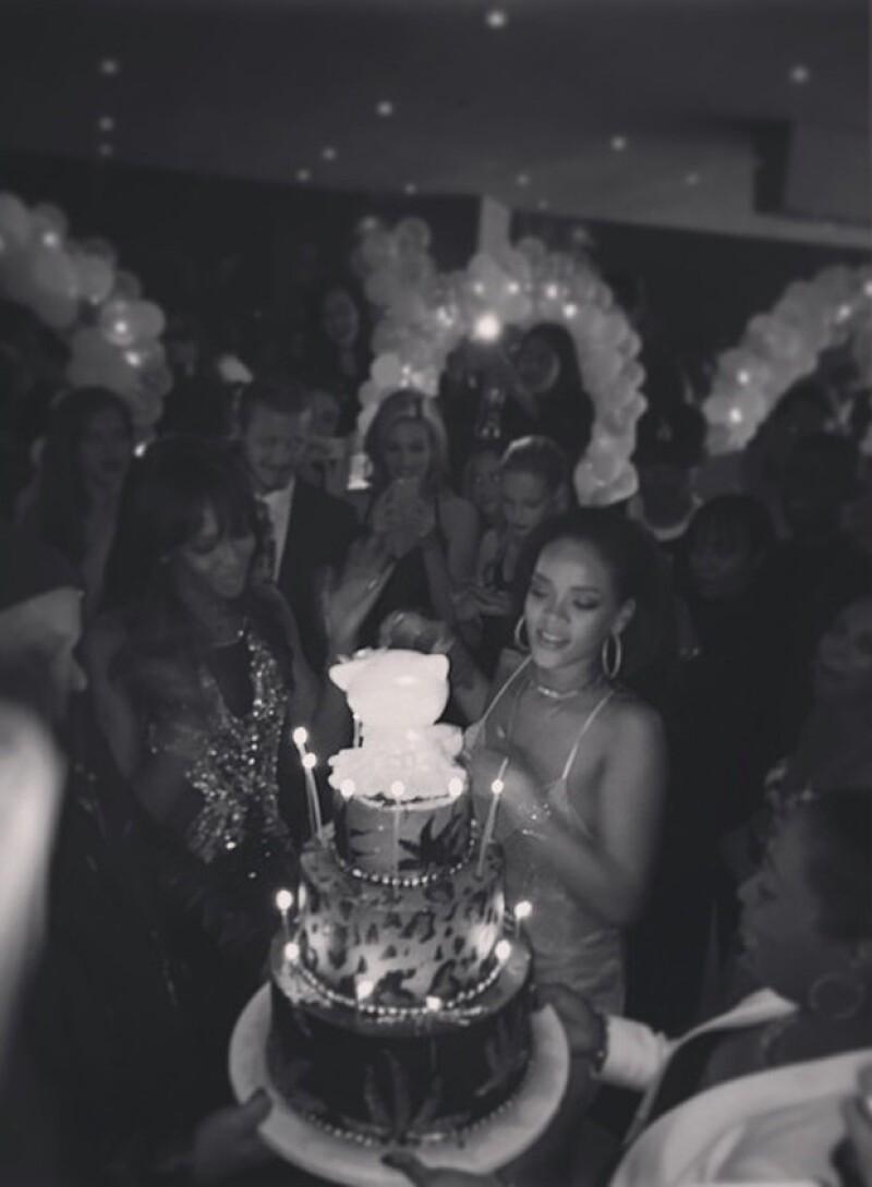 Rihanna celebró junto a sus amigos famosos, quienes la rodeaban antes de soplar las velitas de su pastel de cumpleaños.