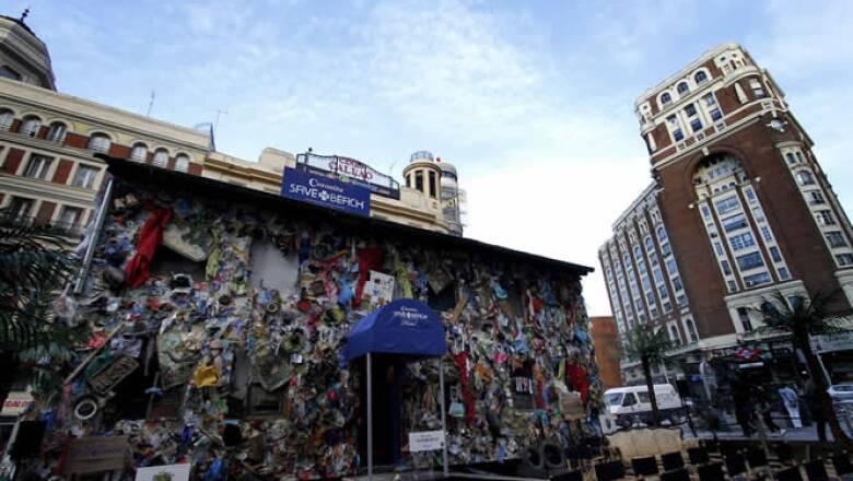 Madrid ya puede presumir de tener un hotel con playa en el centro de la ciudad, gracias al proyecto de Corona Save The Beach, un nuevo espacio vacacional hecho completamente con basura.