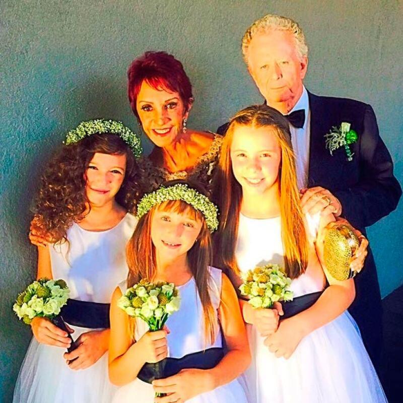 Su bella familia reunida, por un lado sus papás, por otro sus hijas y sobrina.