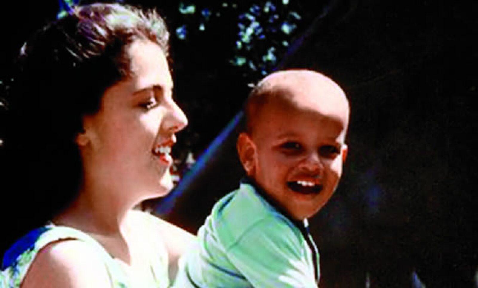 De su madre, Stanley Ann Dunham, aprendió los valores de la tolerancia, el respeto a las diferencias y la búsqueda de la justicia social.