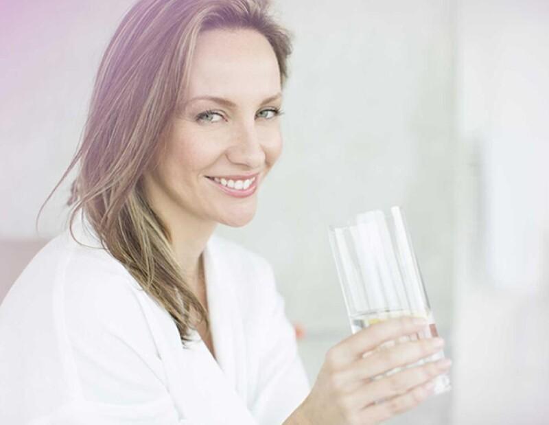 Tomar mucha agua te va a ayudar a hidratarte y que tu piel se vea mejor.
