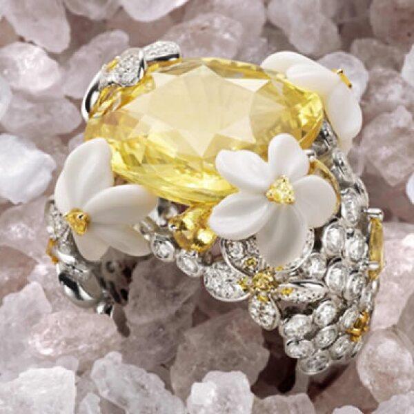 El anillo con motivos florales cuenta con oro blanco y diamantes