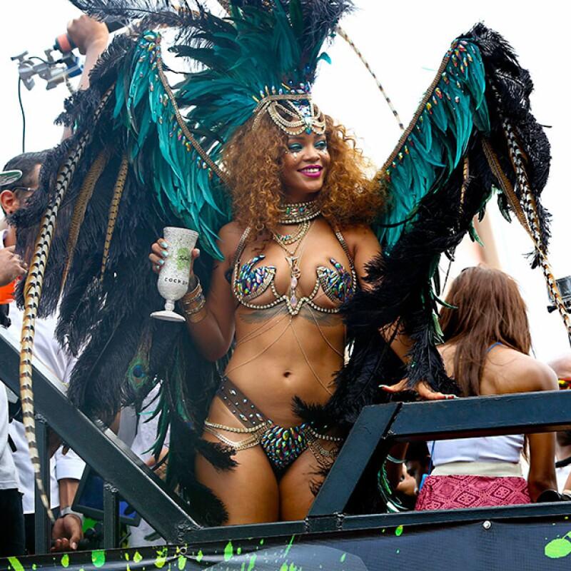 La cantante fue la estrella del festival en el día de Kadooment en su país natal, donde lució un atrevido traje de fantasía que dejó poco a la imaginación.