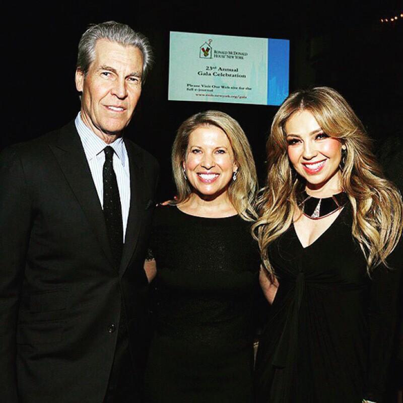 Thalía junto a algunos de los anfitriones del evento benéfico derivado de la famosa cadena de comida rápida.