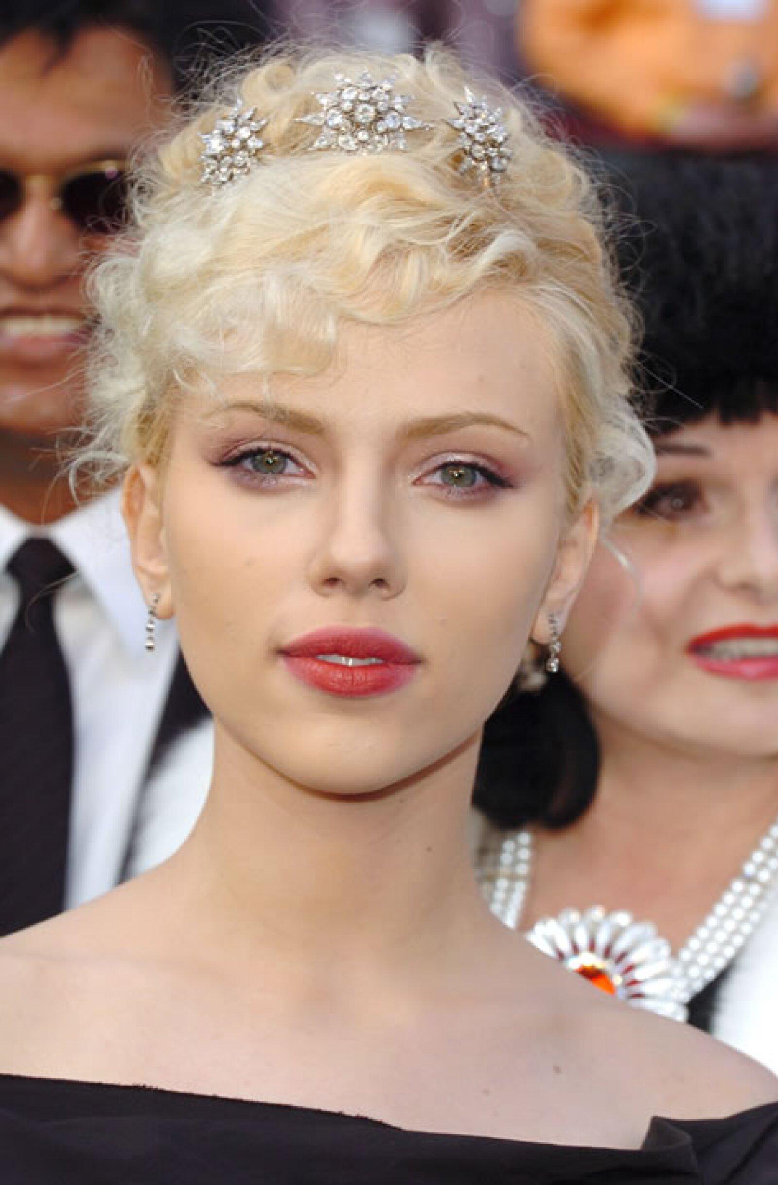 Scarlett Johansson- Nos gustaría saber por qué pensó que los rizos tan cerrados en ella se verían bien.