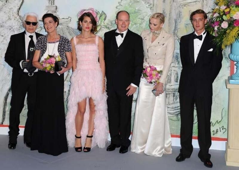 Karl Lagerfeld, Carolina de Mónaco, Carlota Casiraghi, Alberto II, Charlene y Pierre Casiraghi durante el `Baile de la rosa´.