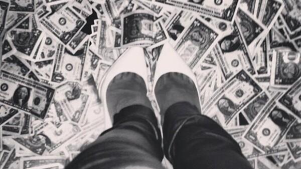 No es de extrañarse que la cantante se divierta de esta manera, es más, hasta subió fotos a su Instagram mostrando el dinero en el suelo, ¿alguien quiere un dólar?