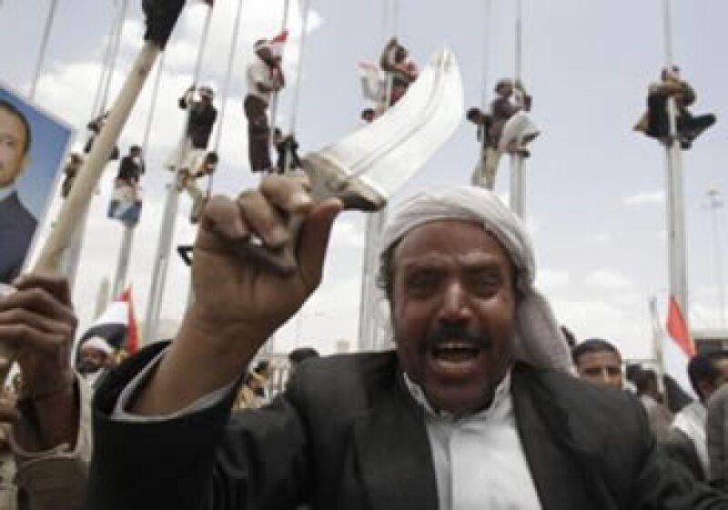 Las revueltas en Medio Oriente y la guerra en Libia aumentan el temor de mayores cortes de suministro de petróleo. (Foto: Reuters)