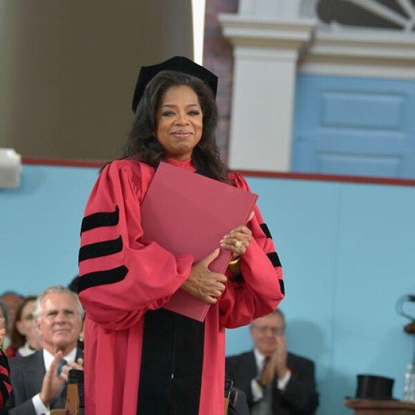 En mayo 30 la gran Oprah Winfrey obtuvo una mención honorífica por haber estudiado un Doctorado en Leyes en Harvard.