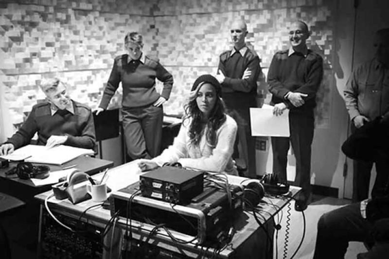 En una de las imágenes publicadas por la cantante, muestra a parte de la Banda del Cuerpo de Marines en lo que podría ser un estudio de grabación.