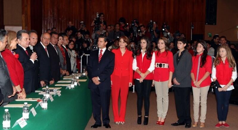 Angélica Rivera y los hijos de ambos, acudieron al auditorio Plutarco Elías Calles de la sede nacional del PRI para dar apoyo al ex gobernador del Estado de México.