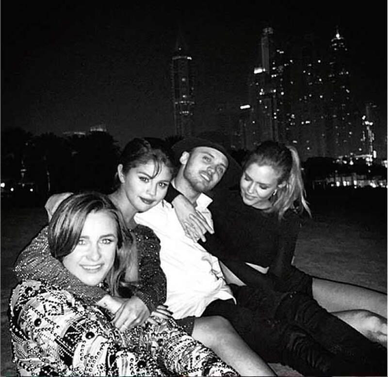 Selena pasó el Año Nuevo con el cantante y su novia en Dubai.