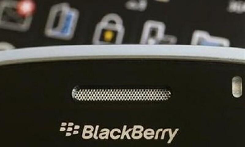 Los teléfonos BlackBerry podrían fortalecer las relaciones entre Google y los operadores de telefonía móvil. (Foto: Reuters)
