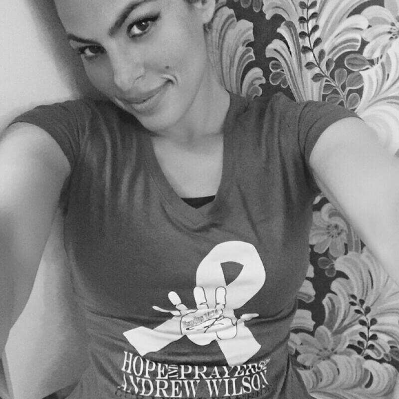 La actriz se dejó ver en Instagram usando una t-shirt autografiada por ella que será subastada para apoyar a un pequeño y su familia que luchan contra la letal enfermedad.