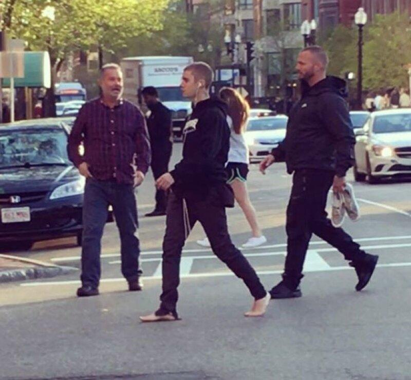 Al final se fue caminando sin importarle no traer los zapatos puestos.