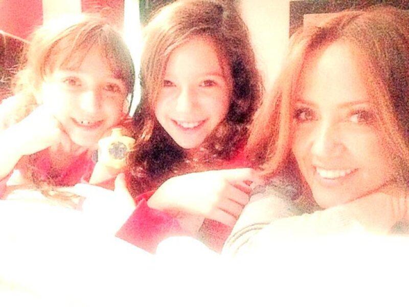 Andrea junto a sus hija Mía y Nina, fruto de su matrimonio con el músico Erik Rubín.
