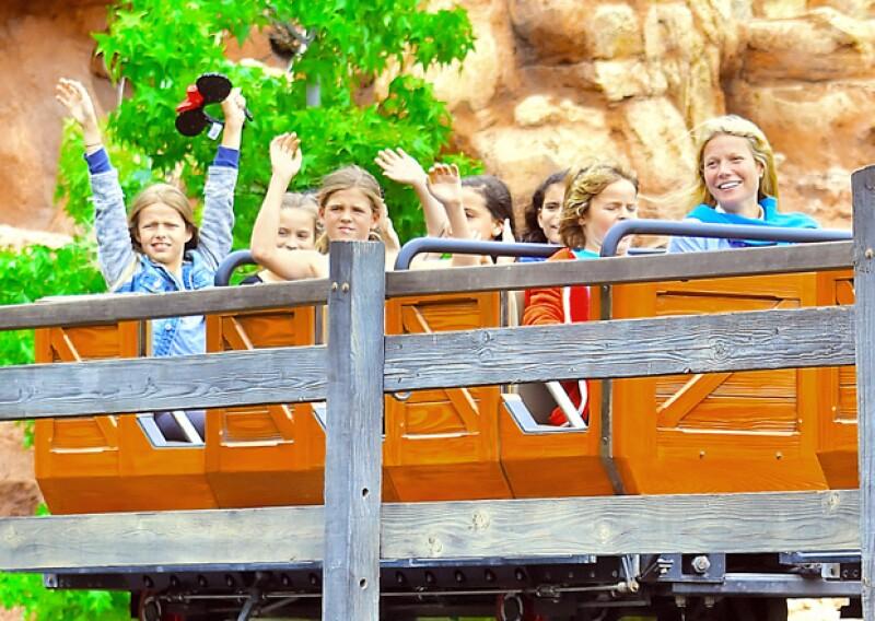 Apple [primera de izquierda a derecha] se veía muy feliz, rodeada de sus amigos, su hermano y sus famosos papás.