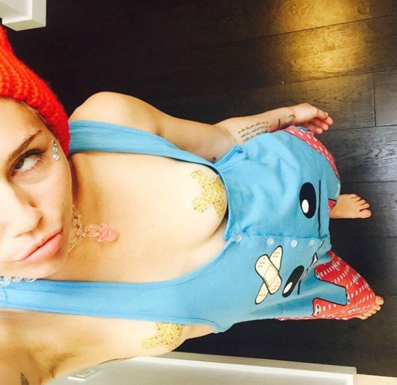 En lugar de acompañar a su novio a Coachella, Miley decidió tomarse fotos topless.