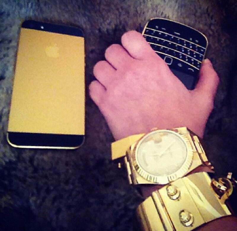 Hasta su IPhone es color oro.