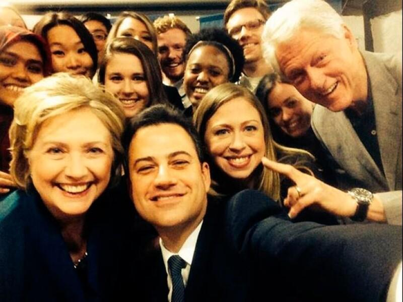 El presentador compartió esta imagen a lado de los Clinton y estudiantes.