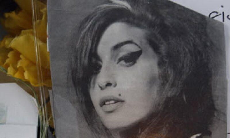 Los hallazgos respaldaron la información de que Winehouse había intentado controlar su adición pero tenía el riesgo de sufrir complicaciones por el abuso de alcohol. (Foto: AP)