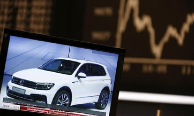 Las acciones de Volkswagen se desplomaron este lunes más de 20%, la peor caída intradiaria de su historia. (Foto: Reuters )