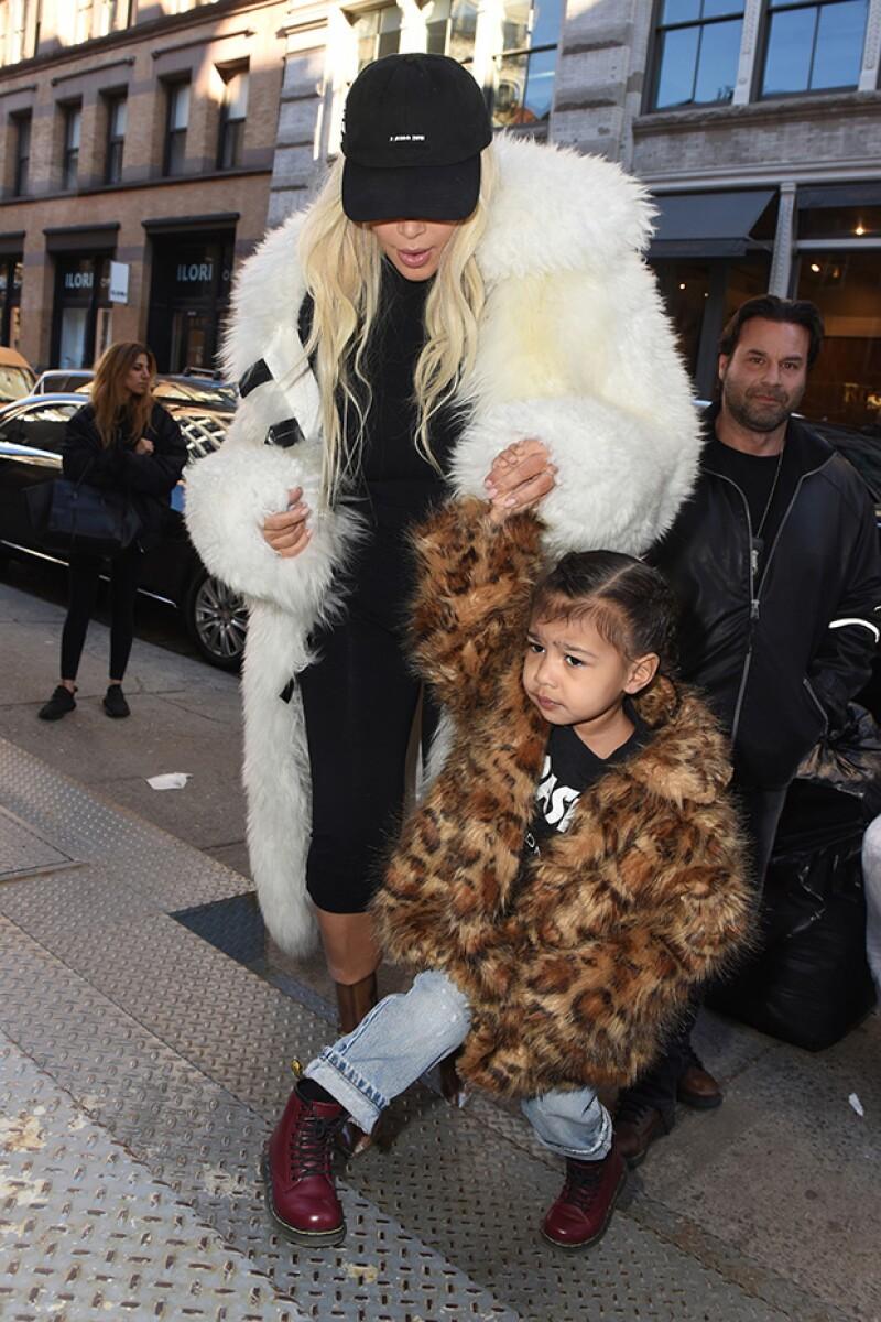 Mamá e hija llamaron la atención mientras paseaban por calles de NY.