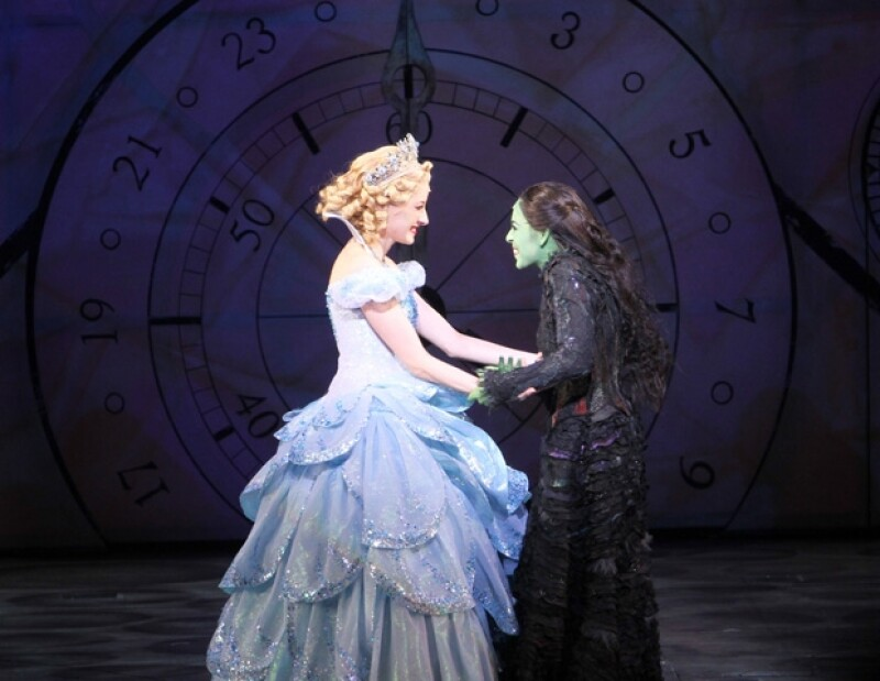 Ceci de la Cueva y Danna Paola en su emotivo momento al celebrar las 100 representaciones.