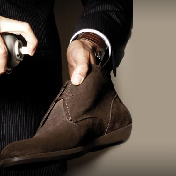 Antes de utilizar tus zapatos de gamuza por primera vez, rocíalos con spray repelente de polvo y agua, para protegerlos lo más posible.