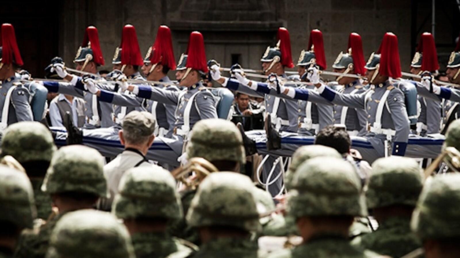 soldados desfilando