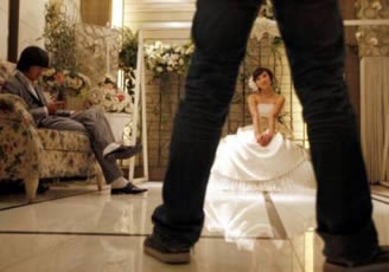 Las bodas también ayudan para los negocios, desde estudios fotográficos a los mineros globales de platino. (Foto: Reuters)