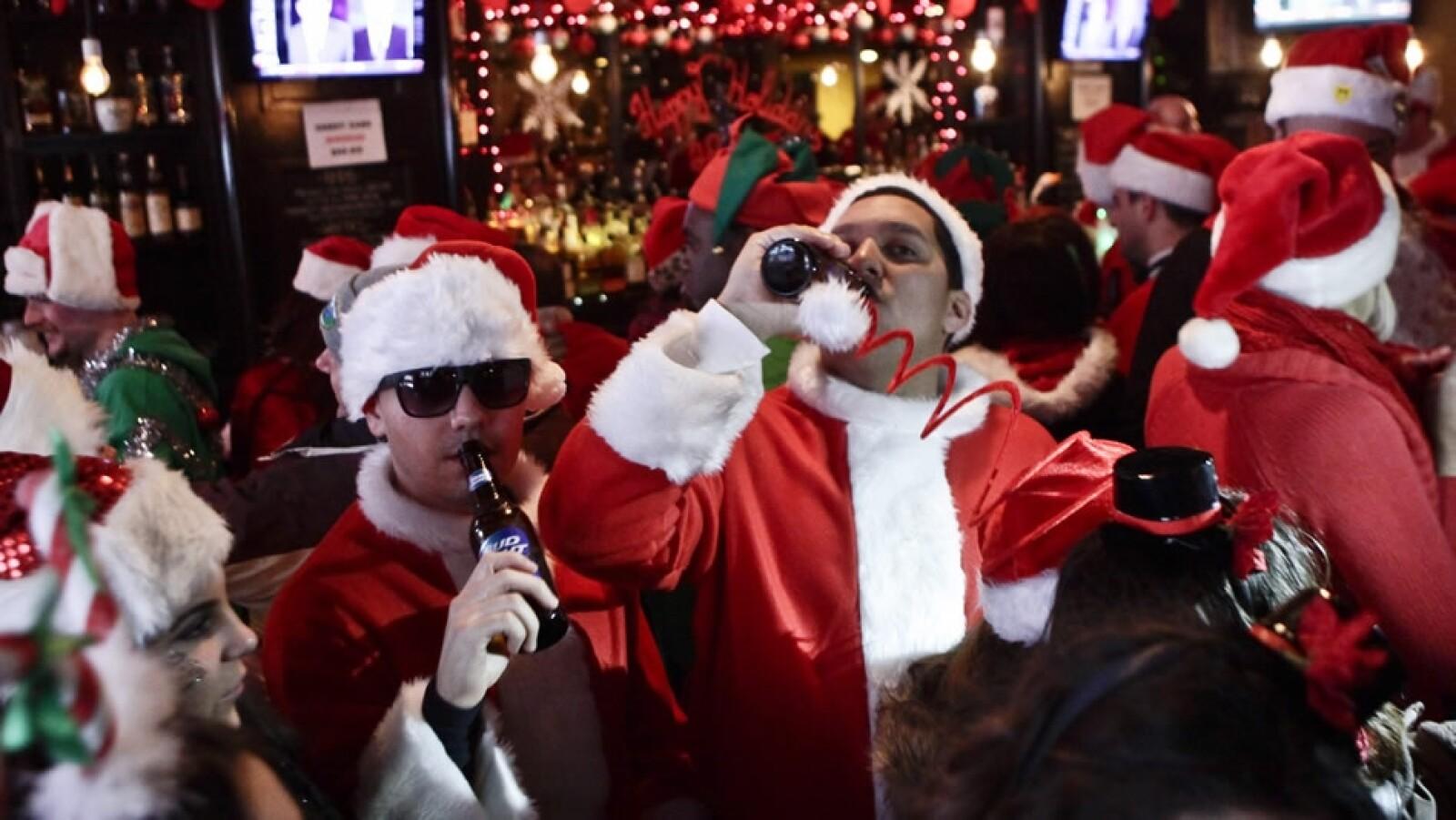 Santas disfrutando en un bar de Nueva York Santacon