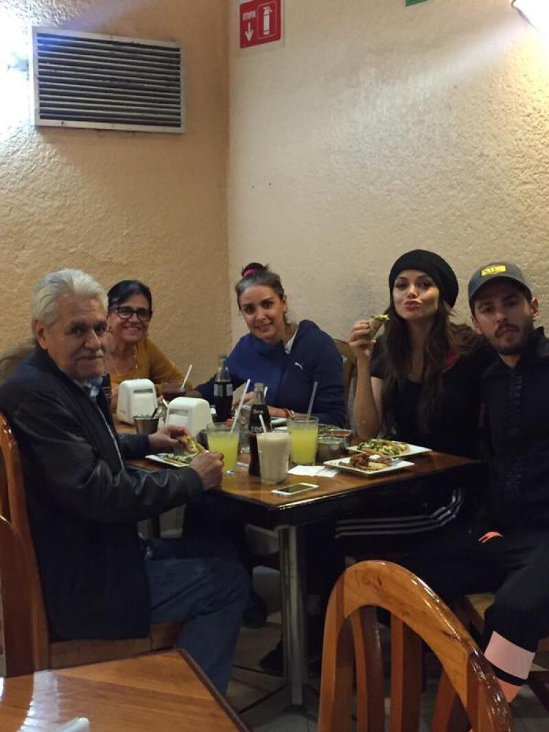 Cn la familia de él salieron a cenar a una taquería.