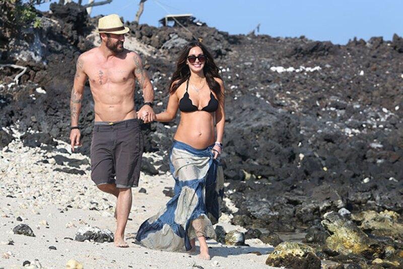 Junto a su esposo Brian Austin Green, la actriz es captada dando un paseo por la playa, sin ocultar su pancita de embarazo y luciendo nuevamente enamorada.