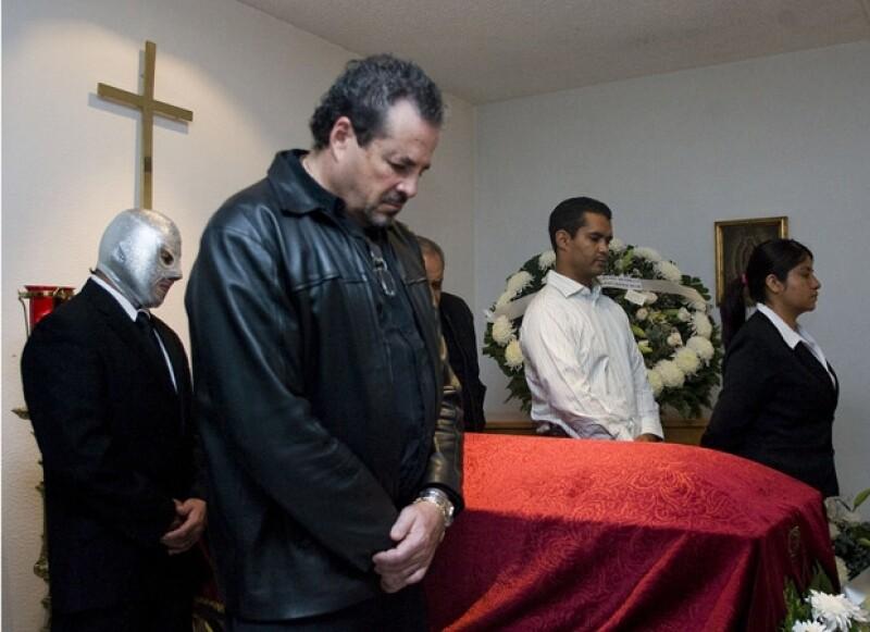 Entre los que se dieron cita al funeral del Gaspar Henaine fue El Hijo del Santo.