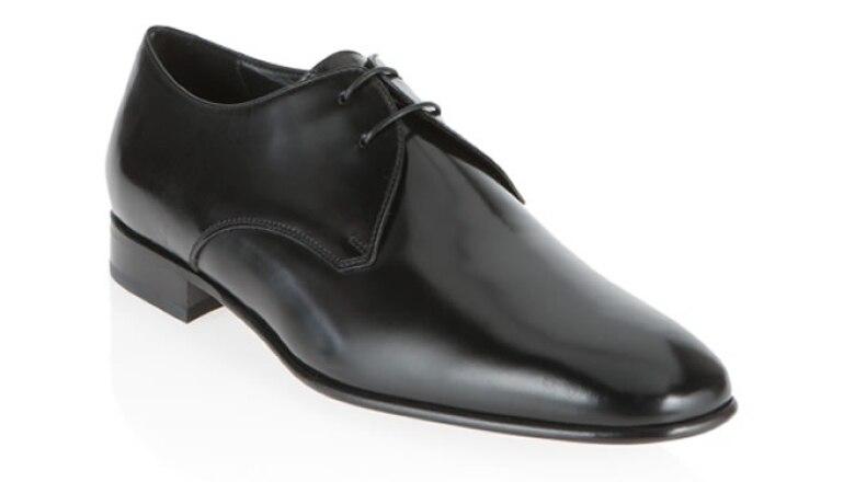 Los zapatos siempre deben ser negros, suela de cuero y de forma Oxford.
