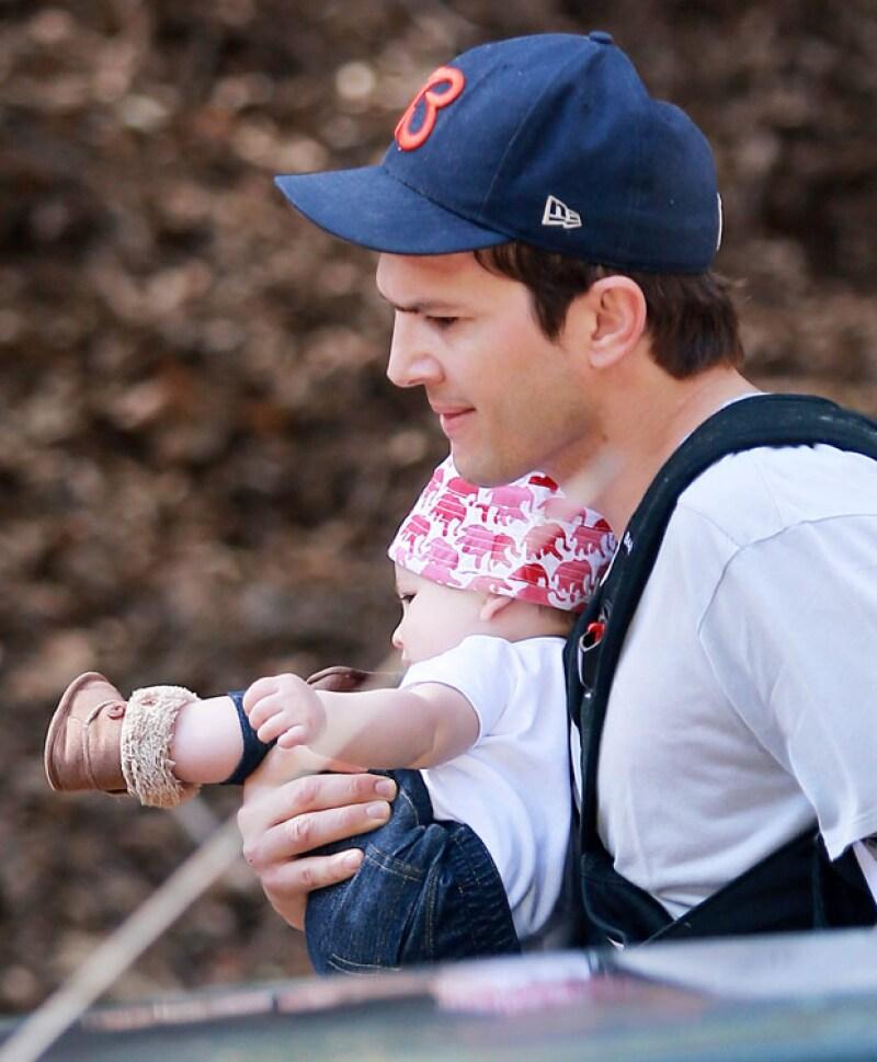 Esta es de las primeras veces que el actor es captado con su primogénita, pues tanto él como Mila Kunis la protegen cuidadosamente de las cámaras.