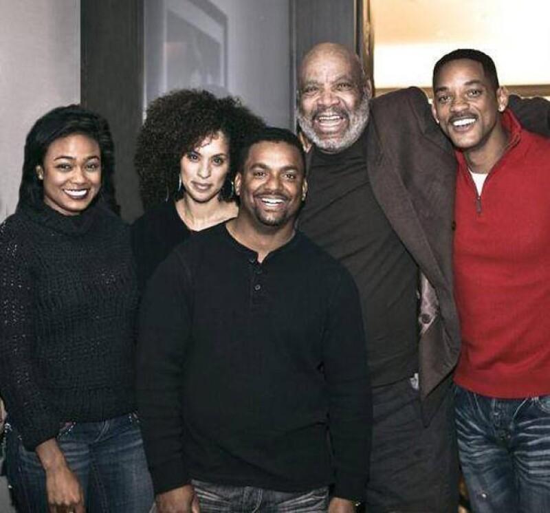 """Smith compartió a través de Facebook una fotografía de la última vez que se reunió con James Avery, fallecido el 31 de diciembre, y el elenco de """"El príncipe del rap""""."""
