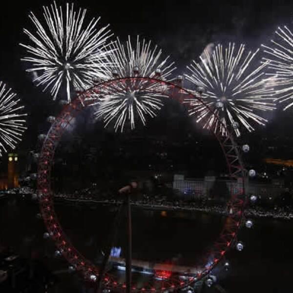 Los fuegos artificiales estallan en toda la capital británica, cerca de la noria London Eye, durante las celebraciones de Año Nuevo.