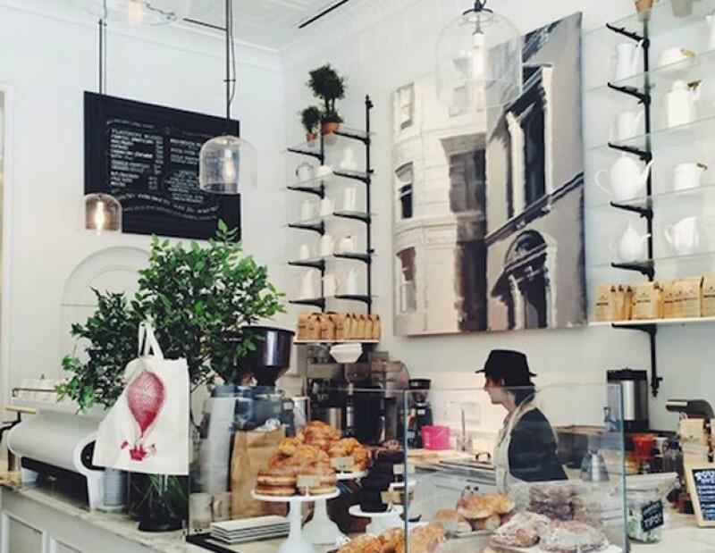 En la tienda de Flatiron de Club Monaco, podrás tomarte un break de compras en Toby´s Estate Coffee.