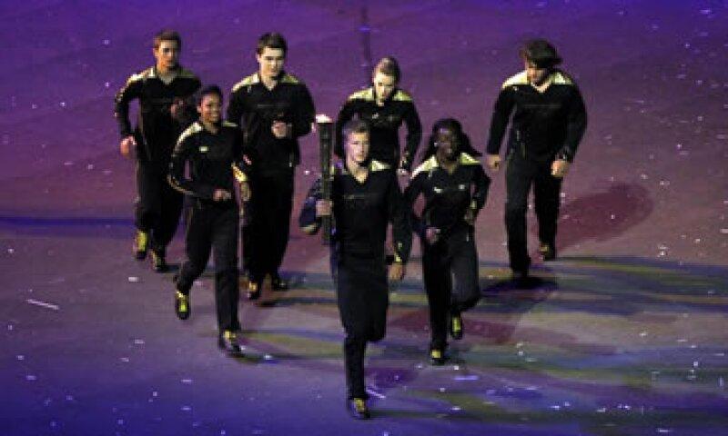 Siete jóvenes deportistas tuvieron el honor de encender el pebetero olímpico de Londres 2012. (Foto: Reuters)