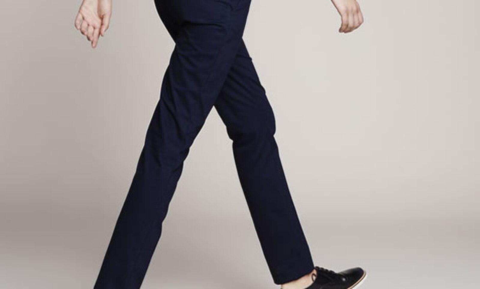 Los pantalones de algón de corte recto acompañados de un blazer, una chaqueta o un suéter son la combinación casual por excelencia.