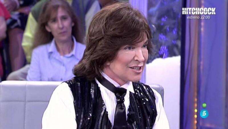 ¿Qué le pasó al cantante español? se preguntaron todos al verlo en una entrevista para un programa en España.